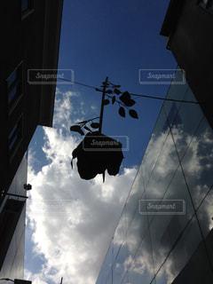 建物の側面を離れて掛かるトラフィック ライトの写真・画像素材[774451]