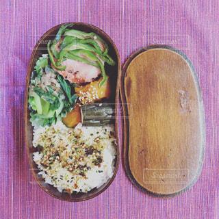 木製テーブルの上に座って食品のプレートの写真・画像素材[774390]