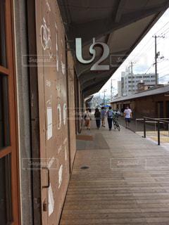 建物前の歩道を歩いて人々 のグループの写真・画像素材[774710]