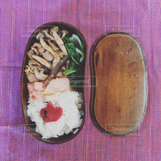近くの木製のテーブルの上に食べ物をの写真・画像素材[782892]