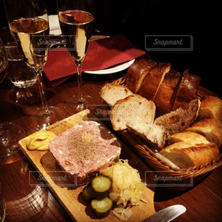 イタリアンバルでワインとお肉の写真・画像素材[2181873]