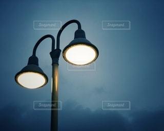 夜にライトアップされる街灯の写真・画像素材[3320002]