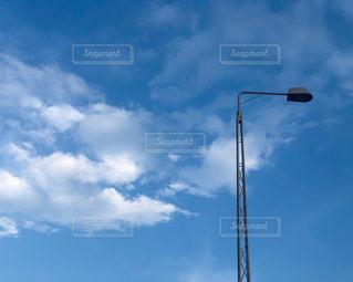 青空と雲と道路照明灯の写真・画像素材[3360627]