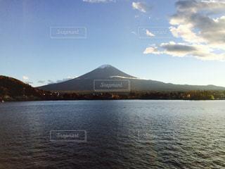 背景の山と水の大きな体の写真・画像素材[775613]