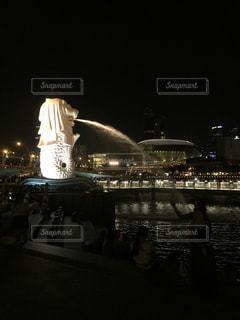 夜のライトアップされた街の写真・画像素材[774789]