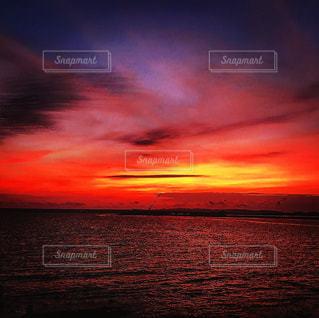 日が沈んだら幻想的な色の海の写真・画像素材[775009]