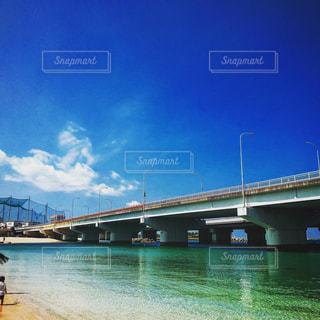 水の体の上の橋の写真・画像素材[1129657]