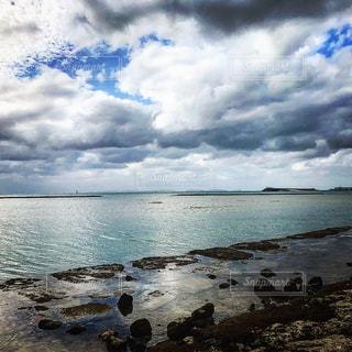 水の体の横にある砂浜のビーチの写真・画像素材[1136370]