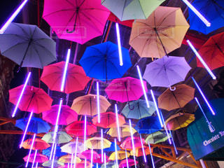 壁に掛かっている別の着色された傘のグループ - No.775209