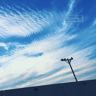 曇りの日に空気を通って飛んで男の写真・画像素材[775602]