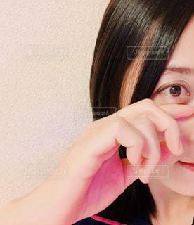 目の下を触れる女性の手の写真・画像素材[897967]
