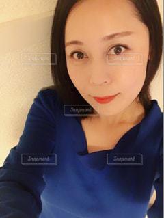青いシャツの女性の写真・画像素材[921309]
