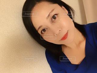 青いシャツを着た女性 - No.921311