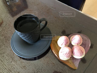 テーブルの上のコーヒー カップの写真・画像素材[938543]