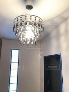 天井からぶら下がっている照明の写真・画像素材[938546]