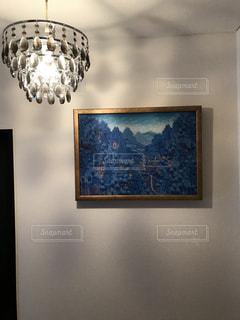 壁に掛かっている絵の写真・画像素材[938547]