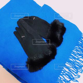 ブルーと黒のコーディネートの写真・画像素材[989772]