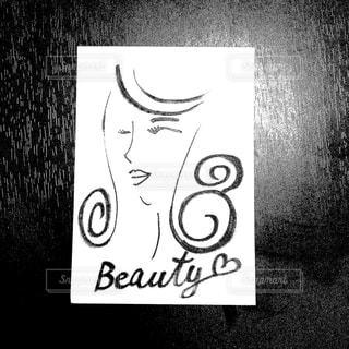 白黒の女性の絵の写真・画像素材[991185]