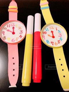 腕時計とカラーペンの写真・画像素材[1109501]