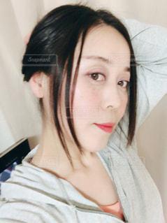無造作にヘアアップする女性 - No.1128197