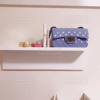 棚の上のコスメとバッグの写真・画像素材[1360739]