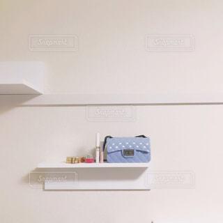 棚の上のコスメとバッグの写真・画像素材[1360742]