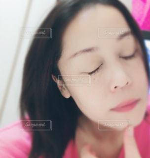 目をつぶる女性の写真・画像素材[1422894]