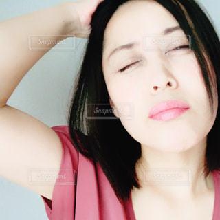 くしゃくしゃな顔の女性の写真・画像素材[1454162]