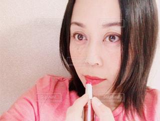 口紅を塗る女性の写真・画像素材[1734773]