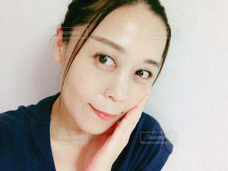 肌を触る女性の写真・画像素材[2477261]