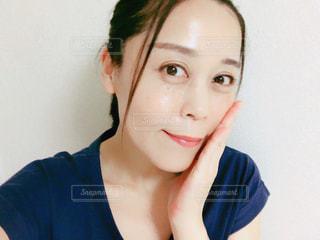 頬を触る女性の写真・画像素材[2477265]