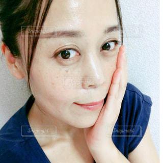 頬を触る女性の写真・画像素材[2477319]