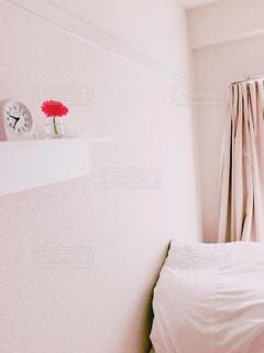 部屋の白いベッドの写真・画像素材[2922745]