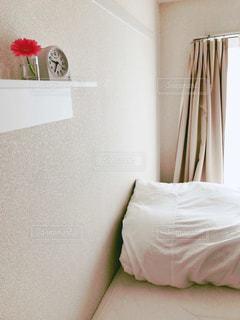 部屋に座っている大きな白いベッドの写真・画像素材[2922753]