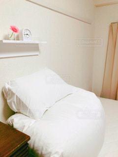 白いベッドの写真・画像素材[2923254]