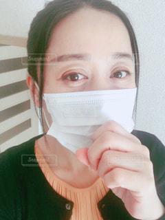 マスクをして咳込む女性の写真・画像素材[2967594]