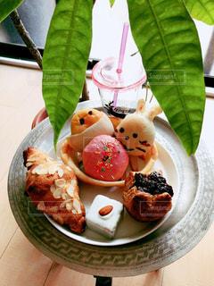 食べ物の皿をテーブルの上に置くの写真・画像素材[3024050]