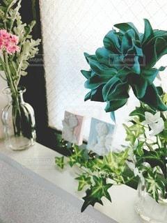 テーブルの上に花の花瓶の写真・画像素材[3565178]