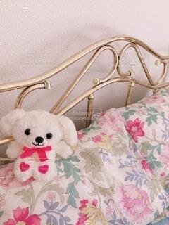 ベッドの上に小さなぬいぐるみの写真・画像素材[3938308]
