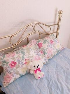 ベッドの上に座っているテディベアの写真・画像素材[3938311]