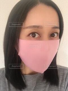 ピンクのマスクをした女性の写真・画像素材[3941334]