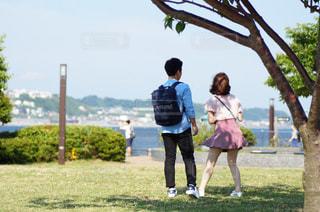 公園を散歩するカップルの写真・画像素材[775684]