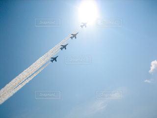 空を飛んでいる飛行機の写真・画像素材[784130]