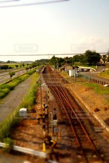 鋼のトラックに大きな長い列車の写真・画像素材[1206615]