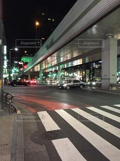 近くに忙しい街の交差点の写真・画像素材[776085]