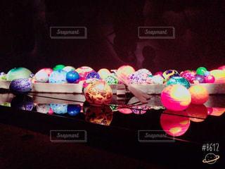 暗い部屋でクリスマス ツリーの写真・画像素材[776951]