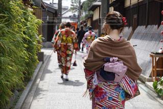 小道を歩く着物の女性の写真・画像素材[1636155]