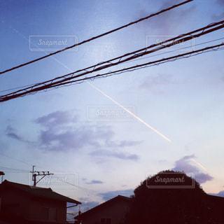 家の影と飛行機雲の写真・画像素材[778223]