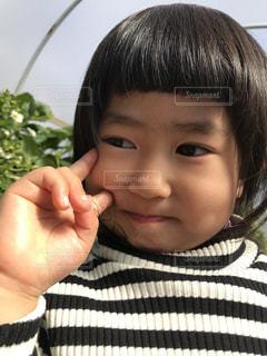 カメラに向かって笑みを浮かべて少女の写真・画像素材[777793]