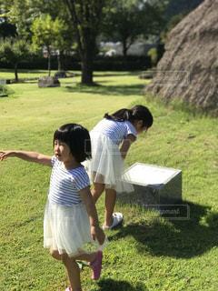 公園で遊ぶ姉妹 - No.859544